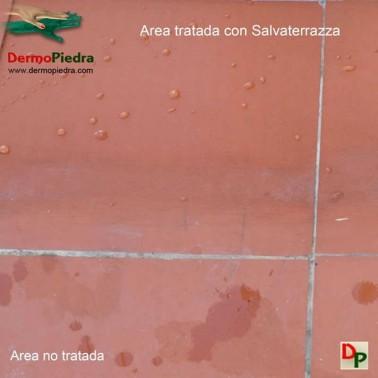 Salvaterrazza protector anti-filtraciones consolidante transpirable en baldosa de barro mecanizado.